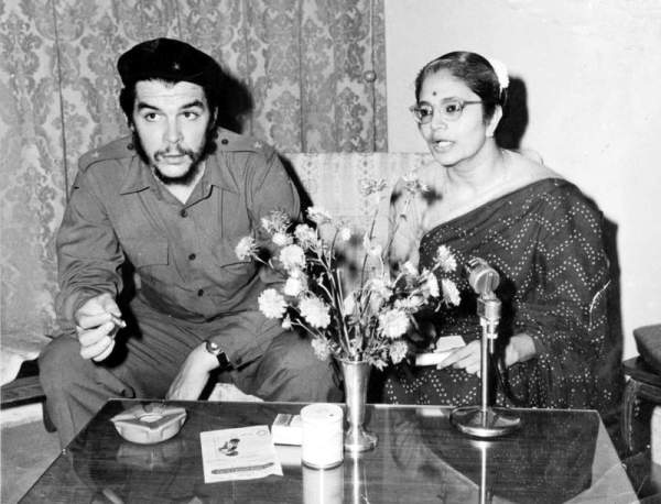 K.P. Bhanumathy  while interviewing Che Guevara. Photo by Madhu Kapparath, provided by K.P. Bhanumathy.