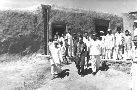 Che visiting a school in the Pilana Block near Delhi. Photo courtesy Photo Division, Government of India.