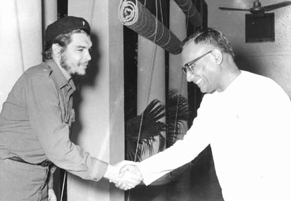 Mr. A.P. Jain, Union Minister of Food and Agriculture receiving Che Guevara when the latter called on him in New Delhi on July 4, 1959. Photo courtesy Photo Division, Government of India.