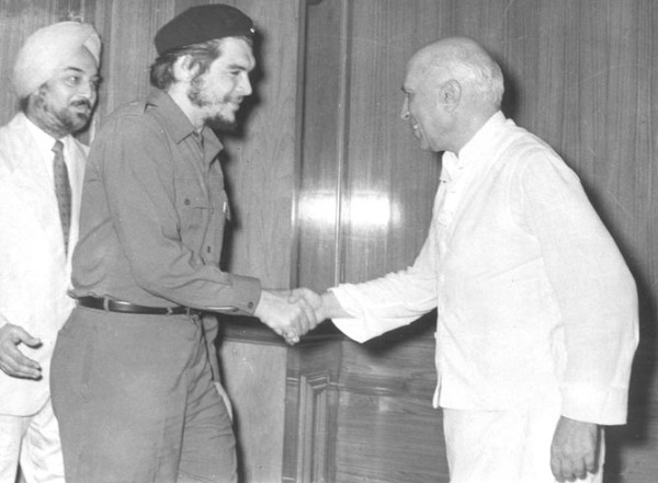 """""""Prime Minister Mr Jawaharlal Nehru welcoming Che Guevara in his Teen Moorti residential office on July 1, 1959)."""" Photo by Kundan Lal of Photo Division, Government of India."""