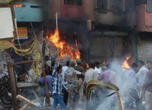 पुलिस के संरक्षण में हिंदू भीड़ के द्वारा जलाया गए घर-2