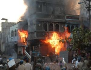 पुलिस के संरक्षण में हिंदू भीड़ के द्वारा जलाया गए घर