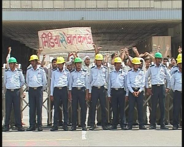 Maruti Suzuki Workers Demanding to talk to the Media
